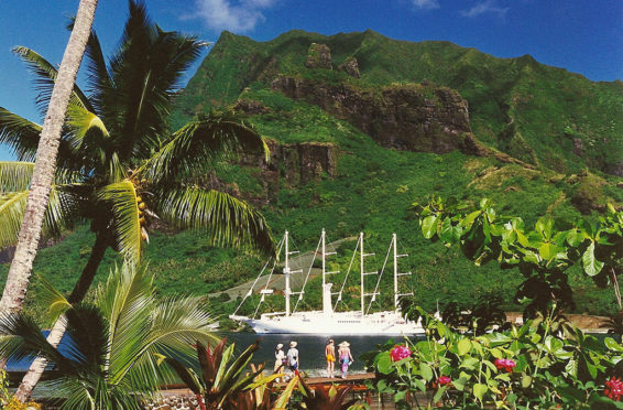 windsong-cruise-ship-in-cooks-bay-polynesie